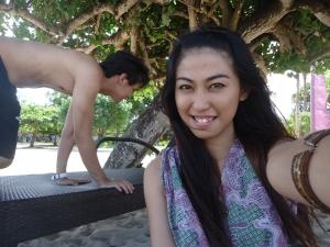 Ceritanya gue mau ngambil foto, dianya sibuk narik-narik kursi pantai. Begitu deh posenya :D